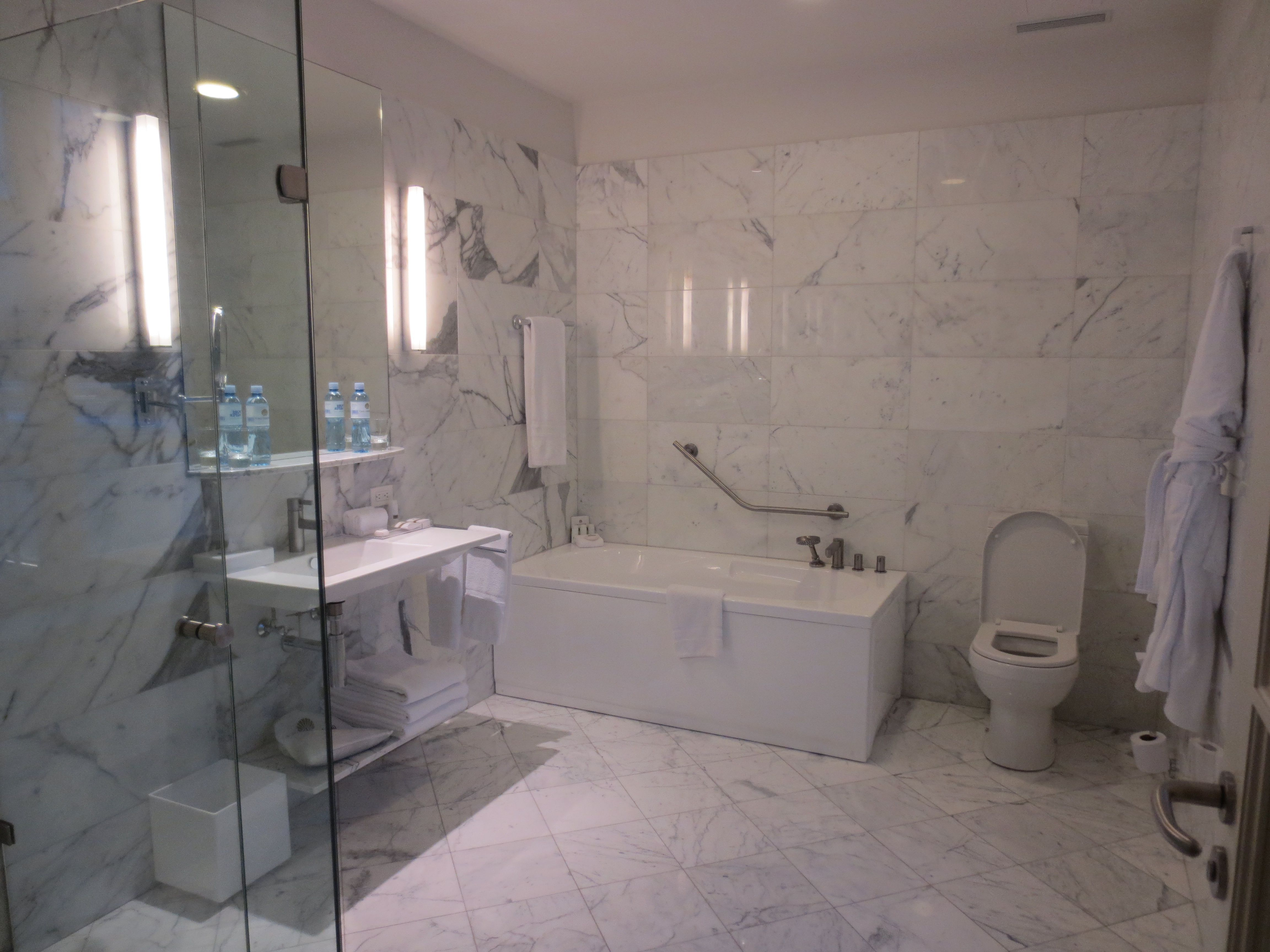 A washroom fit for a king ecuador vm trufflepig for Washroom photo